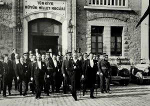 Atatürk uscendo dal parlamento dopo il 7° anniversario della sua istituzione (1930). A sua sinistra,  İsmet İnönü, 2° Presidente della Turchia.
