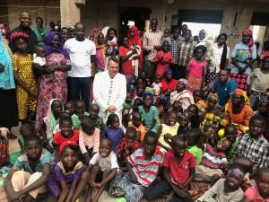 Rifugio temporaneo per i cristiani - L'autore con le vedove e orfani cristiani - molti di loro erano imprigionati e abusati da Boko Haram (Foto: collezione personale dell'autore)