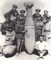 soldati italiani accanto a una delle tante bombe di gas utilizzate per uccidere il popolo etiope