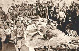 soldati italiani che circondano corpi di etiopi uccisi