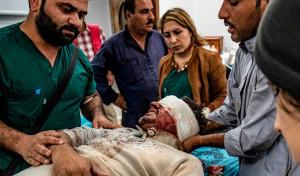 Trump ha revocato le sanzioni contro la Turchia nonostante il suo uso di armi chimiche. Qui è mostrato un uomo ferito mentre entrava nella città sugli confini della Siria di Ras al-Ayn.