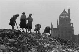 Fotothek_df_ps_0000333_Frauen_arbeiten_auf_einer_Trümmerschutthalde._Blick_gegen